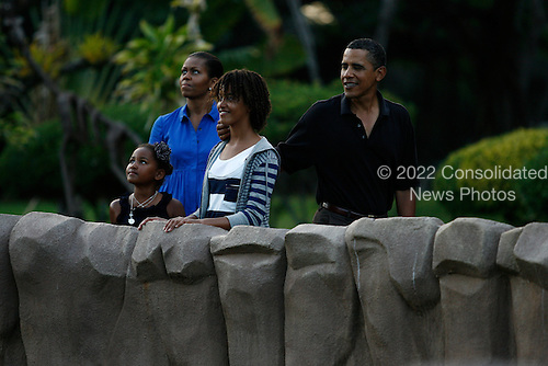 Honolulu, HI - January 3, 2009 -- The First Family pauses to look at an exhibit with White-handed Gibbons at the Honolulu Zoo on Sunday, January 3, 2009 in Honolulu, Hawaii.  Obama and his family arrived in his native Hawaii December 24 for a low-key vacation. .Credit: Kent Nishimura / Pool via CNP