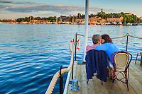 Kyss på en brygga i kvällsskymning vid Nybroviken Strandvägen Stockholm.