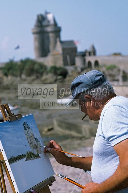Europe/France/Bretagne/Ille et Vilaine/St Malo/St Servan: Francis Beaudoin peintre devant la tour Solidor