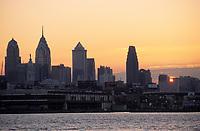 Amérique/Amérique du Nord/USA/Etats-Unis/Vallée du Delaware/Pennsylvanie/Philadelphie : Soleil couchant sur la Skyline depuis l'autre rive de Delaware River