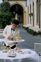 Europe/Italie/Lac de Come/Lombardie/Cernobbio : Villa d'Este (XVI°) - Service du petit déjeuner en terrasse [Non destiné à un usage publicitaire - Not intended for an advertising use]
