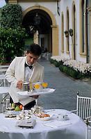 Europe/Italie/Lac de Come/Lombardie/Cernobbio : Villa d'Este (XVI°) - Service du petit déjeuner en terrasse [Non destiné à un usage publicitaire - Not intended for an advertising use]