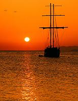 Spanien, Kanarische Inseln, Lanzarote, egelschiff im Sonnenuntergang | Spain, Canary Island, Lanzarote, sailing ship at sunset