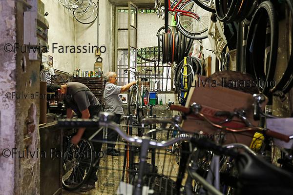 Milano  luglio 2017 - Ercole il riparatore di biciclette di Rossignoli  di Corso Garibaldi