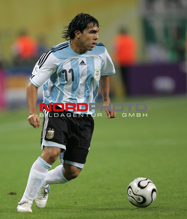 FIFA WM 2006 - Round Of Sixteen / Achtelfinale<br /> Play #50 (24-Jun) - Argentina vs Mexico.<br /> Carlos Tevez from Argentina with ball during the match of the World Cup in Leipzig.<br /> Foto &copy; nordphoto