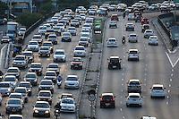 SÃO PAULO,SP, 21.03.2016 - TRÂNSITO-SP - Motoristas enfrentam trânsito intenso no sentido leste do viaduto Júlio de Mesquita Filho, no bairro da Bela Vista, na região central de São Paulo, nesta segunda-feira. (Foto: William Volcov/Brazil Photo Press)