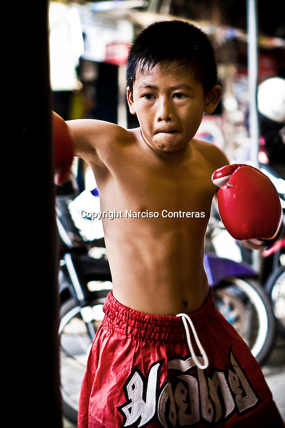 Hiu Kiho (10 years old) a young kid fighter, is training at one of the street gyms in Bangkok. The gym at the Sam Soen neighborhood is managed by At, who is hosting and training over 10 kids an average. Over though is banned by law, in the streets of Thailand thousands of kids are training daily to attain a dream, become a Muay Thai champions one day, getting wealth and fame to leave out poverty and lackness instead. One by thousand each shall get it, meanwhile mostly of them will go keeping on the way to be someone.