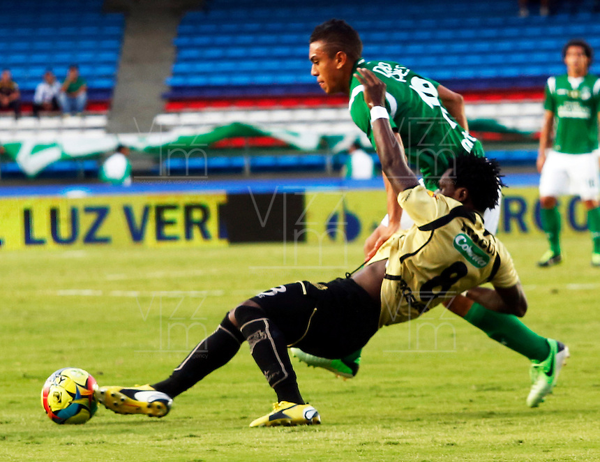 CALI-COLOMBIA- 01 -09-2013. Carlos Lizarazo ( Der) del Deportivo Cali disputa el balon contra Guiller Mosquera (Izq) del Itagui ,accion de juego correspondiente al partido entre el Deportivo Cali  contra el Itagui ,  partido de  la octava  fecha de la  Liga Postob—n segundo semestre disputado en el estadio Pascual Guerrero  /Carlos Lizarazo (Der) Deportivo Cali dispute the ball against Guillermo Mosquera (L) of Itagui, action game for the match between Deportivo Cali against Itagui eighth game of the date of the second half Postob—n League match at the stadium Pascual Guerrero. Photo: VizzorImage / Juan Carlos Quintero  / Stringer