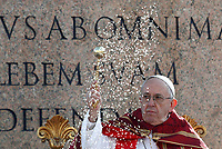 Pope Francis asperses incense as he celebrates the Palm Sunday Mass in St. Peter's Square at the Vatican,on  March 25, 2018.<br /> UPDATE IMAGES PRESS IsabellaBonotto/Pool<br /> <br /> STRICTLY ONLY FOR EDITORIAL USE
