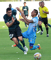 MONTERIA - COLOMBIA - 13-04-2015: Juan Mezu (Der) jugador de Jaguares FC disputa el balón con Francisco Najera (Izq) jugador de Atlético Nacional durante partido entre Jaguares FC y Atlético Nacional por la fecha 15 de la Liga Aguila I 2015 jugado en el estadio Municipal de Monteria. / Juan Mezu (R) player of Jaguares FC vies for the ball with Francisco Najera (L) player of Atletico Nacional during a match between Jaguares FC and Atletico Nacional for the  date 15 of the Liga Aguila I 2015 at the Municipal de Monteria Stadium in Monteria city, Photo: VizzorImage / Jose Perdomo / Cont.