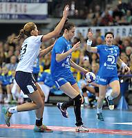 Handball Frauen Champions League 2013/14 - Handballclub Leipzig (HCL) gegen RK Krim Ljubljana am 13.10.2013 in Leipzig (Sachsen). <br /> IM BILD: Karolina Szwed &Ouml;rneborg / Oerneborg (HCL) am Ball gegen Andrea Penezic (Krim) <br /> Foto: Christian Nitsche / aif