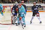 Duesseldorfs Philip Gogulla (Nr.87)  und Schwenningens Goalie DustinStrahlmeier (Nr.34)  suchen den Puck beim Spiel in der DEL, Duesseldorfer EG (hell) - Schwenninger Wild Wings (dunkel).<br /> <br /> Foto © PIX-Sportfotos *** Foto ist honorarpflichtig! *** Auf Anfrage in hoeherer Qualitaet/Aufloesung. Belegexemplar erbeten. Veroeffentlichung ausschliesslich fuer journalistisch-publizistische Zwecke. For editorial use only.