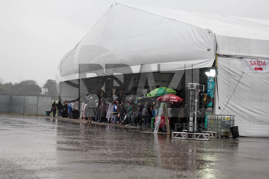 SAO PAULO, SP - 16.07.2016 - ANIME-FRIENDS - Fãs de animação japonesa tentam se proteger de forte chuva cai no Anime Friends neste sábado (16) no aeroporto Campo de Marte em São Paulo. O evento é considerado o maior festival de cultura pop japonesa da América Latina, contando com shows, concursos de cosplays, exposições geeks e muito mais.<br /> <br /> (Foto: Fabricio Bomjardim / Brazil Photo Press)