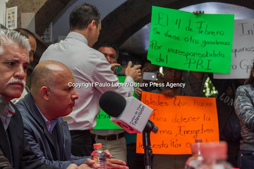 SAN JUAN DEL RIO., 30 DE ENERO DEL 2017.- EL PARTIDO REVOLUCIONARIO INSTITUCIONAL DEL MUNICIPIO DE SAN JUAN DEL RIO, DA RUEDA DE PRENSA PARA DAR A CONOCER QUE LA REGIDORA DULCE ROMERO REALIZO UNO CONFERENCIA SOBRE IGUALDA DE GENERO A SUS DEMAS COLEGAS DE LOS  DIFERENTES MUNICIPIOS DEL ESTADO, EN ESTE CONFERENCIA ESTUVO EL PRESIDENTE DEL PARTIDO A NIVEL ESTATAL Y EL MUNICIPAL.<br /> <br /> AL INICIO DE LA RUEDA LLEGA UN PEQUE&Ntilde;O GRUPO DE MANIFESTANTES SE PRESENTA PARA DAR SU OPINION SOBRE EL GASOLINAZO Y EL NUEVO GASOLINAZO QUE SE VA A PRESENTAR ESTE 4 DE FEBRERO.