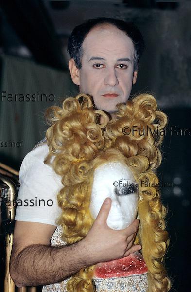 Milano, novembre 1995, Teatro Dell\'Elfo, Toni Servillo sulla scena del Misantopro, compagnia teatrale Teatri Uniti,.Tony Servillo to play Moliére\'s The Misanthrope..Toni Servillo portrait with a wig of Misanthrope.