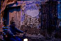 Merida_VEN, Venezuela...Motoqueiro em regiao pobre de Merida, Venezuela...Rider in poor region of Merida, Venezuela. ..Foto: JOAO MARCOS ROSA / NITRO