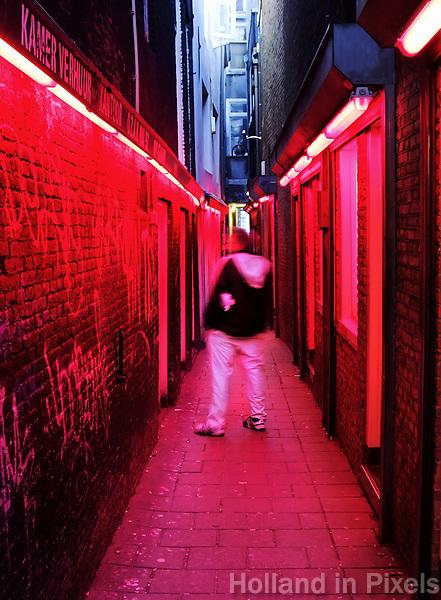 Nederland Amsterdam. Man in een steegje met bordelen op de Wallen . Persoon is niet herkenbaar in beeld.  Foto Berlinda van Dam / Hollandse Hoogte