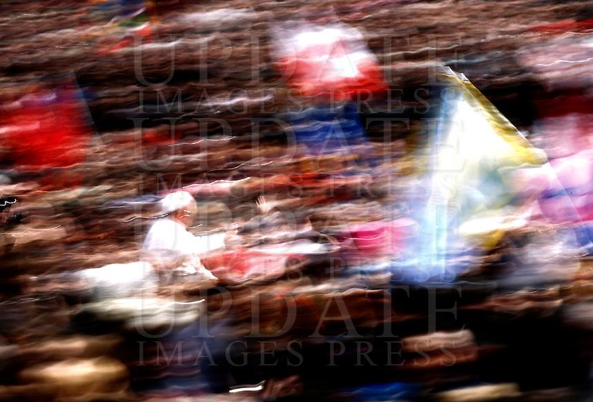 Papa Francesco saluta i fedeli al termine della Messa di Pasqua, in Piazza San Pietro, Citta' del Vaticano, 31 marzo 2013..Pope Francis waves to faithful at the end of the Easter Mass in St. Peter's square, Vatican, 31 March 2013..UPDATE IMAGES PRESS/Riccardo De Luca..STRICTLY ONLY FOR EDITORIAL USE