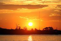 PORTO ALEGRE, RS, 11.06.2014 - PÔR DO SOL GUAÍBA - PORTO ALEGRE - Pôr do sol do rio Guaíba, na Usina do Gasômetro em Porto Alegre, nesta quarta-feira, 11. (Foto: Pedro H. Tesch / Brazil Photo Press)