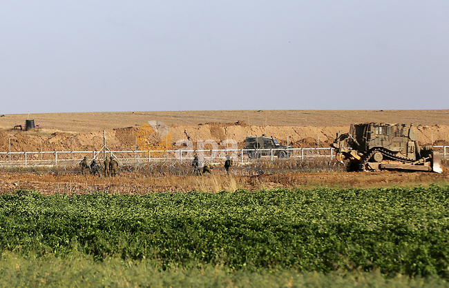 Israeli military machines work on the border between Israel and the Gaza Strip, in east of Gaza City on May 7, 2018. Photo by Yasser Qudih