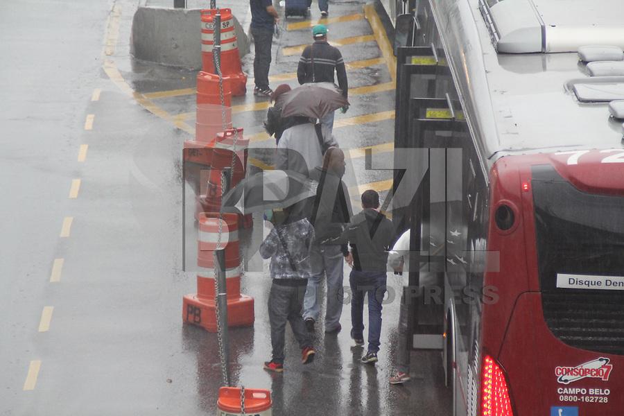 SÃO PAULO,SP, 18.05.2016 - TRANSPORTE-SP - Motoristas e cobradores de ônibus fazem paralisação de duas horas no Terminal João Dias, na zona sul de São Paulo, na manhã desta quarta-feira, 18. Os trabalhadores pedem reajuste salarial. (Foto: Fabricio Bomajardim/Brazil Photo Press)