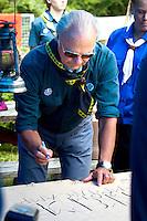 King Carl Gustav signing local troops leather blanket. Photo: Mikko Roininen / Scouterna