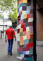 Delft- Een pilaar is bekleed met een gebreide lap.