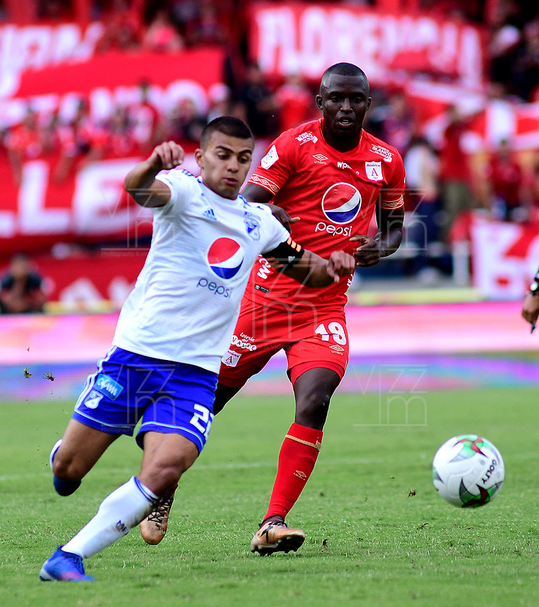CALI - COLOMBIA, 12- 05-2019: Luis Paz de América de Cali, disputa el balón con Jhon Duque de Millonarios, durante partido entre América de Cali y Millonarios, de la fecha 1 de los cuadrangulares semifinales por la Liga Águila I 2019 jugado en el estadio Pascual Guerrero de la ciudad de Cali. / Luis Paz of America de Cali de Cali, vies for the ball with Jhon Duque of Millonarios, during a match between America de Cali and Millonarios, of the 1st date of the semifinals quarters for the Aguila Leguaje I 2019 at the Pascual Guerrero stadium in Cali city. Photo: VizzorImage / Nelson Ríos / Cont.