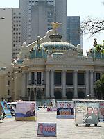 ATENÇÃO EDITOR: FOTO EMBARGADA PARA VEÍCULOS INTERNACIONAIS - RIO DE JANEIRO,RJ 21 DE SETEMBRO 2012.  PROPAGANDA ELEITORAL POLUI PRAÇA ENFRETE AO TEATRO MUNICIPAL DO RIO. Nesta manhã de sexta feira 21, propagandas eleitoral (Galhardetes) polui vizualmente a Praça da Cinelândia local do Teatro Municipal, Camara Municipal, Biblioteca Pública e a passagem de pedestres.<br /> FOTO RONALDO BRANDAO/BRAZIL PHOTO PRESS