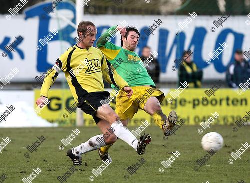 2010-01-31 / Voetbal / seizoen 2009-2010 / Sint Lenaarts - Lille / Laurens Van Damme komt net te laat om de pass van Steven Lauwers (Lille) te onderscheppen. ..Foto: mpics