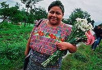 SAN MARTIN JILOTEPEQUE / CHIMALTENANGO / GUATEMALA - 2004.RIGOBERTA MENCHU' SI AVVIA CON UN MAZZO DI FIORI VERSO IL LUOGO DELL'ESUMAZIONE DI UN GRUPPO DI VITTIME SEPOLTE IN UNA FOSSA COMUNE..LA FONDAZIONE RIGOBERTA' MENCHU' E' MOLTO ATTIVA NELL'AMBITO DEL PROGETTO 'VERITA' E GIUSTIZIA' A FAVORE DELLE POPOLAZIONI INDIGENE VITTIME DELL'OPPRESSIONE DURANTE GLI ANNI DELLA DITTATURA MILITARE..FOTO LIVIO SENIGALLIESI