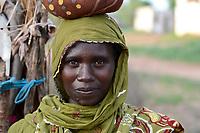 CHAD, Goz Beida, refugee camp Djabal for refugees from Darfur, Sudan, Darfuri woman / TSCHAD, Goz Beida, Fluechtlingslager Djabal fuer Fluechtlinge aus Darfur, Sudan, Portraet Darfuri Frau