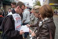 """Am Samstag den 11. Oktober 2014 protestierten europaweit Menschen gegen das geplante Freihandelsabkommen zwischen den USA und der EU, TTIP. Sie sammelten, trotz der Ablehnung der Europaeischen Kommission Unterschriften fuer die europaeische Buergerinitiative gegen TTIP (im Bild). Die europaeische Buergerinitiative will mit der Unterschriftensammlung ein Volksbegehren gegen TTIP initiieren. Das umstrittene Freihandelsabkommen beinhaltet u.a. Sondergerichte fuer Konzerne, die ausserhalb der Gerichtsbarkeit der europaeischen Laender stehen, einne Absenkung der Umwelt-, Verbraucherschutz- und Datenschutzstandards auf US-Niveau und auch die massenhafte Einfuhr von gentechnisch manipulierten Lebensmitteln.<br /> In Berlin-Prenzlauerberg wurde die Unterschriftensammlung mit einem satirischen Theaterstueck der """"Tea-Tip-Party Deutschland"""" begleitet. Motto des Stueckes """"Trinken Sie mit uns, denn wir haben einen Grund zum Feieren! - Sie nicht, aber das ist egal.""""<br /> 11.10.2014, Berlin<br /> Copyright: Christian-Ditsch.de<br /> [Inhaltsveraendernde Manipulation des Fotos nur nach ausdruecklicher Genehmigung des Fotografen. Vereinbarungen ueber Abtretung von Persoenlichkeitsrechten/Model Release der abgebildeten Person/Personen liegen nicht vor. NO MODEL RELEASE! Don't publish without copyright Christian-Ditsch.de, Veroeffentlichung nur mit Fotografennennung, sowie gegen Honorar, MwSt. und Beleg. Konto: I N G - D i B a, IBAN DE58500105175400192269, BIC INGDDEFFXXX, Kontakt: post@christian-ditsch.de<br /> Urhebervermerk wird gemaess Paragraph 13 UHG verlangt.]"""