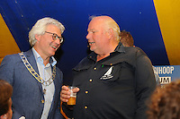 ZEILEN: GROU: 29-07-2016, SKS Skûtsjesilen loting Grou, burgemeester Ferd Crone (Leeuwarden) en schipper Berend Mink (D'Halve Maen), ©foto Martin de Jong