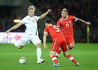 Fussball International  WM Qualifikation 2014   12.10.2012 Schweiz - Norwegen Alexander Toft Soederlund (li, Norwegen) gegen Steve von BERGEN und Valon BEHRAMI (v. li., Schweiz)