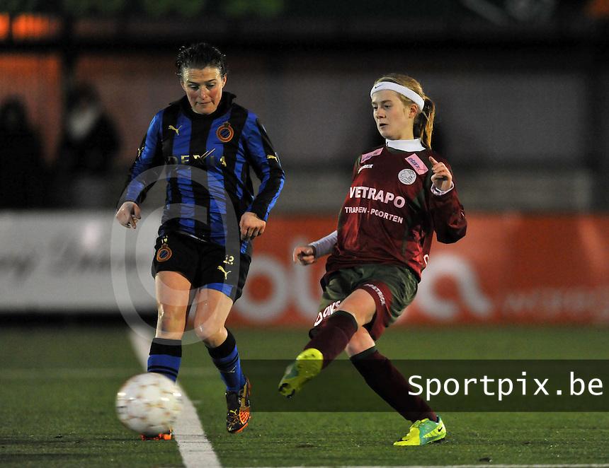 Dames Zulte - Waregem - Dames Club Brugge : Christine Saelens probeert Silke Demeyere het passen te beletten..foto VDB / Bart Vandenbroucke