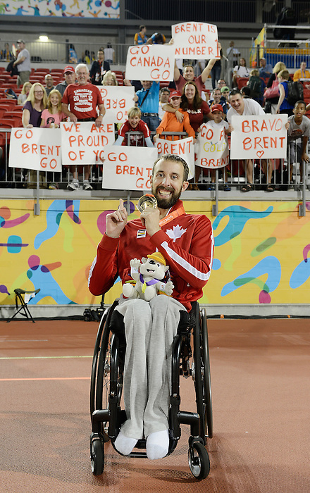 Toronto, ON - Aug 14 2015 - Brent Lakatos receives his Gold Medal the Men's 400m T53 Final in the CIBC Athletics Stadium during the Toronto 2015 Parapan American Games  (Photo: Matthew Murnaghan/Canadian Paralympic Committee)
