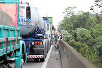 SAO BERNARDO DO CAMPO, SP,24 de junho 2013- Um protesto na Rodovia Conego Domenico Rangoni km 272 trava a Via Anchieta no km 36 sentido Baixada ADRIANO LIMA / BRAZIL PHOTO PRESS).