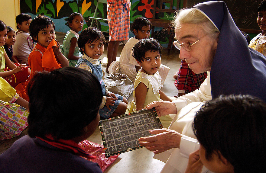 India, Calcutta (Kolkata) 2 - 10 maart 2005..Opvang voor straatkinderen, meisjes. Bowbazar...Meisjes kunnen in de opvang komen wonen, wat veel veiliger is dan op straat. Ze krijgen daar  behalve onderdak ook eten en onderwijs, maar ook het gezelschap van tientallen lotgenoten, wat ook heel gezellig kan zijn.....Foto (c) Michiel Wijnbergh