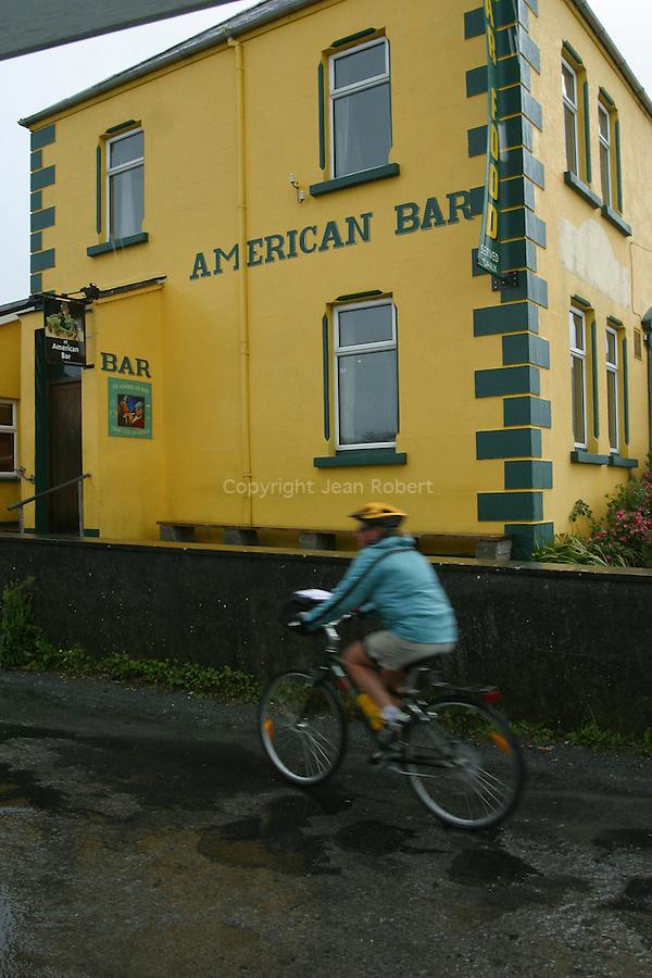 cycliste dans les rues du port  de Kilronan. ile d'Inishmore.cyclist in the streets of Kilronan.  Inishmore island..