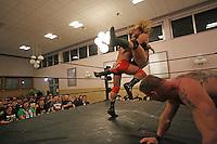 Bad Bones John Klinger gegen Jurn Simmons (r) beim Wettbewerb 3-Way, die Zuschauer haben Spaß
