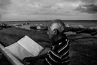 MANAUS AM 24 10 2010 RECORDE VAZANTE- SECA AMAZONAS. No dia em que Manaus completa 341 anos, o nível da águas do rio Negro bateu o recorde da maior vazante desde que começou a ser medido em 1902. Hoje o nível atingiu 13,63 metros, superando em 1 centímetro a maior vazante da história que foi em 1963, quando o rio atingiu 13,64metros. A perspectiva do Serviço Geológico do Brasil (CPRM) é de que o rio continue baixando. Na foto o técnico de monitoramento do Porto de Manaus Valderino Pereira da Silva, há 40 anos, é responsável pela medição do nível de água do rio Negro segura o livro  de 1905 onde os números são registrados desde a época dos ingleses.(Foto Alberto Cesar Araujo)