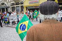 CURITIBA, PR, 21.03.2014 - MARCHA DA FAMÍLIA / CURITIBA  -  Manifestante durante a Marcha da Família e Intervenção Militar na tarde de sábado (22), que acontece no calçadão XV, centro de Curitiba. Manifestação é organizada com a finalidade de alertar o povo brasileiro sobre o risco de sofrer um Golpe Comunista.. (Foto: Paulo Lisboa / Brazil Photo Press)