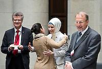 Berlin, Dienstag (07.05.13), Die Religionswissenschaftlerin Tuba Isis (2.v.r.) begrüßt vor Beginn der letzten Sitzung der Deutschen Islamkonferenz (DIK) in dieser Legislaturperiode eine weitere Teilnehmerin. Foto: Michael Gottschalk/CommonLens