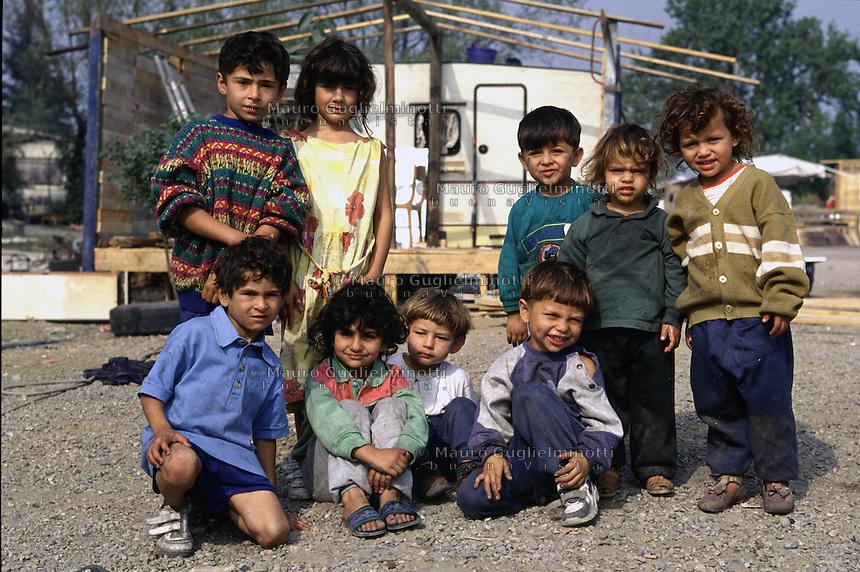 ITALIA Torino  Campo nomadi Rom  (Campo dell'Arrivore, 2001) gruppo di bambini