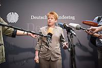 Am 2. Juni 2016 fand die 20. Sitzung des 2. NSU-Untersuchungsausschusses des Deutschen Bundestag statt. Als Zeuge der nichtöffentlichen Sitzung war Hans-Georg Maassen, Praesident des Bundesamt fuer Verfassungsschutz geladen.<br /> Im Bild: Petra Pau, Obfrau der Linkspartei im Ausschuss bei ihrem Pressestatement zur Anhoerung des Zeugen Maassen.<br /> 2.6.2016, Berlin<br /> Copyright: Christian-Ditsch.de<br /> [Inhaltsveraendernde Manipulation des Fotos nur nach ausdruecklicher Genehmigung des Fotografen. Vereinbarungen ueber Abtretung von Persoenlichkeitsrechten/Model Release der abgebildeten Person/Personen liegen nicht vor. NO MODEL RELEASE! Nur fuer Redaktionelle Zwecke. Don't publish without copyright Christian-Ditsch.de, Veroeffentlichung nur mit Fotografennennung, sowie gegen Honorar, MwSt. und Beleg. Konto: I N G - D i B a, IBAN DE58500105175400192269, BIC INGDDEFFXXX, Kontakt: post@christian-ditsch.de<br /> Bei der Bearbeitung der Dateiinformationen darf die Urheberkennzeichnung in den EXIF- und  IPTC-Daten nicht entfernt werden, diese sind in digitalen Medien nach §95c UrhG rechtlich geschuetzt. Der Urhebervermerk wird gemaess §13 UrhG verlangt.]