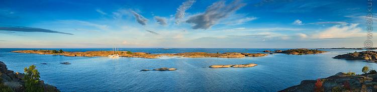 Panorama sen kväll från Hallskär med sina låga skär i Stockholms södra ytterskärgård mot havet och horisonten i öster.