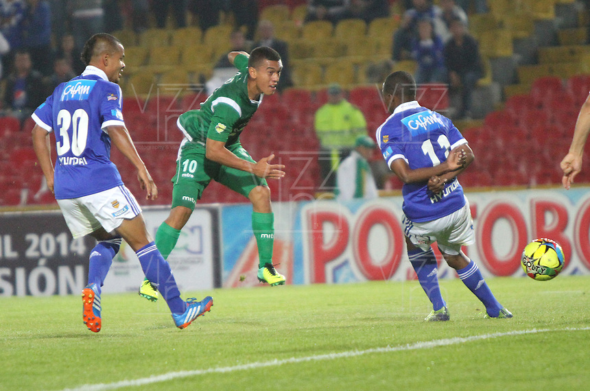 BOGOTA -COLOMBIA- 20 -11--2013. Carlos Lizarazo del Deportivo Cali patea el balon y convierte un gol contra Millonarios     durante juego de los cuadrangulares finales de la Liga Postobon realizado en el estadio Nemesio Camacho El Campin./   Deportivo Cali player Carlos Lizarazo kicks the ball and scores a goal against Millonarios during match for the Postobon League final quadrangulars played at the stadium Nemesio Camacho El Campin. Photo: VizzorImage / Felipe Caicedol / Staff