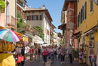Italy, Veneto, Lake Garda, Bardolino: on shopping tour | Italien, Venetien, Gardasee, Bardolino: Einkaufsbummel durch malerische Gassen