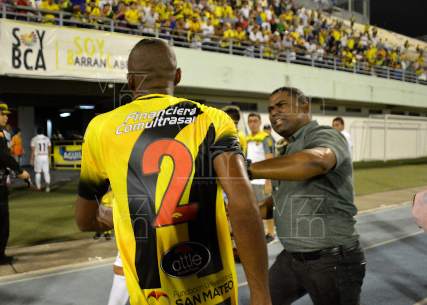 BARRANCABERMEJA- COLOMBIA, 16-02-2019: Huberth Bodhert, técnico de Once Caldas, discute con Diego Preralta de Once Caldas al final de partido Alianza Petrolera y el Once Caldas, de la fecha 5 por la Liga Águila I 2019 en el estadio Daniel Villa Zapata en la ciudad de Barrancabermeja. / Huberth Bodhert, coach Once Caldas, discuss with Diego Preralta from Once Caldas at the end of a match between Alianza Petrolera and Once Caldas, of the 5th date for the Aguila Leguaje I 2019 at the Daniel Villa Zapata stadium in Barrancabermeja city. Photo: VizzorImage  / José D. Martínez / Cont.